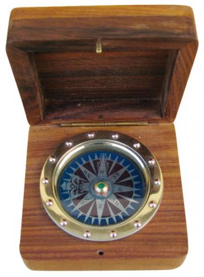 Kompass eingelassen in Holz