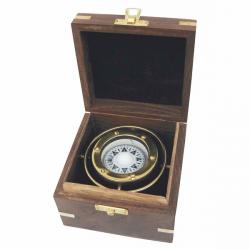 Kompass in der Holzbox kardanisch aufgehängt